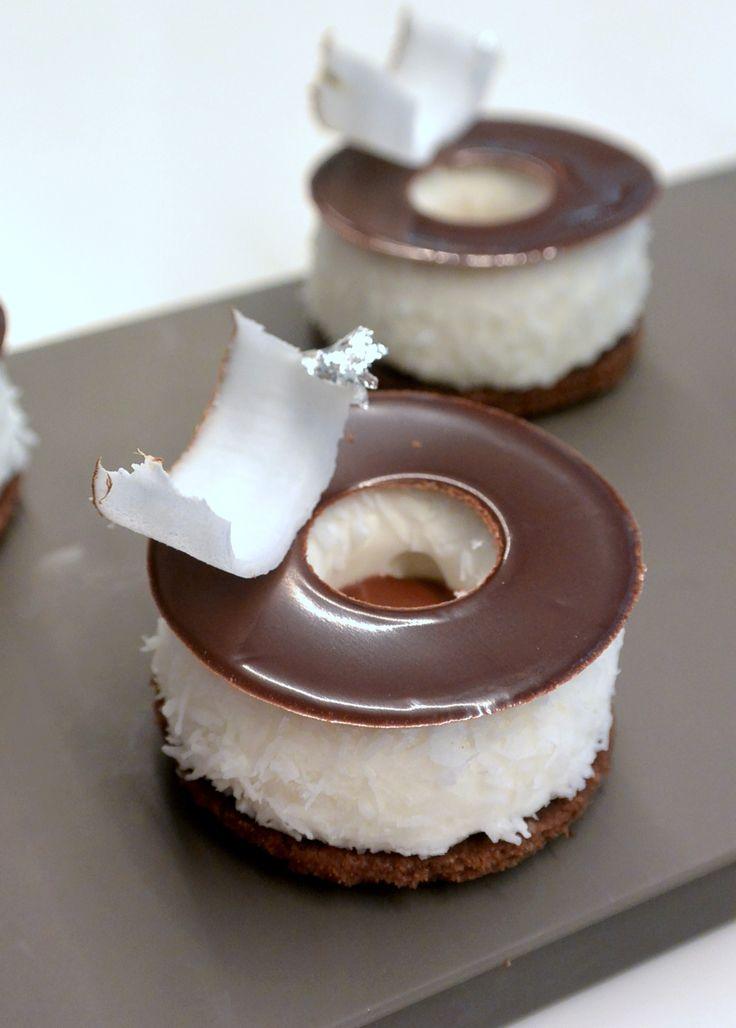 """""""Chocolat-coco"""" réalisé par Marie Meunier lors d'un cours """"Autour des mignardises"""" à la Michalak Masterclass"""