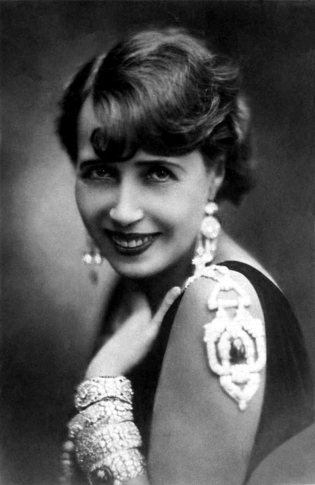 """After the huge success of his """"Tango delle capinere"""" (""""Blackcaps' tango"""", 1928), Cesare Andrea Bixio was called by French revue star Mistinguett (in the picture), to compose the songs of her new show """"Paris qui brille"""", that was staged in 1931."""