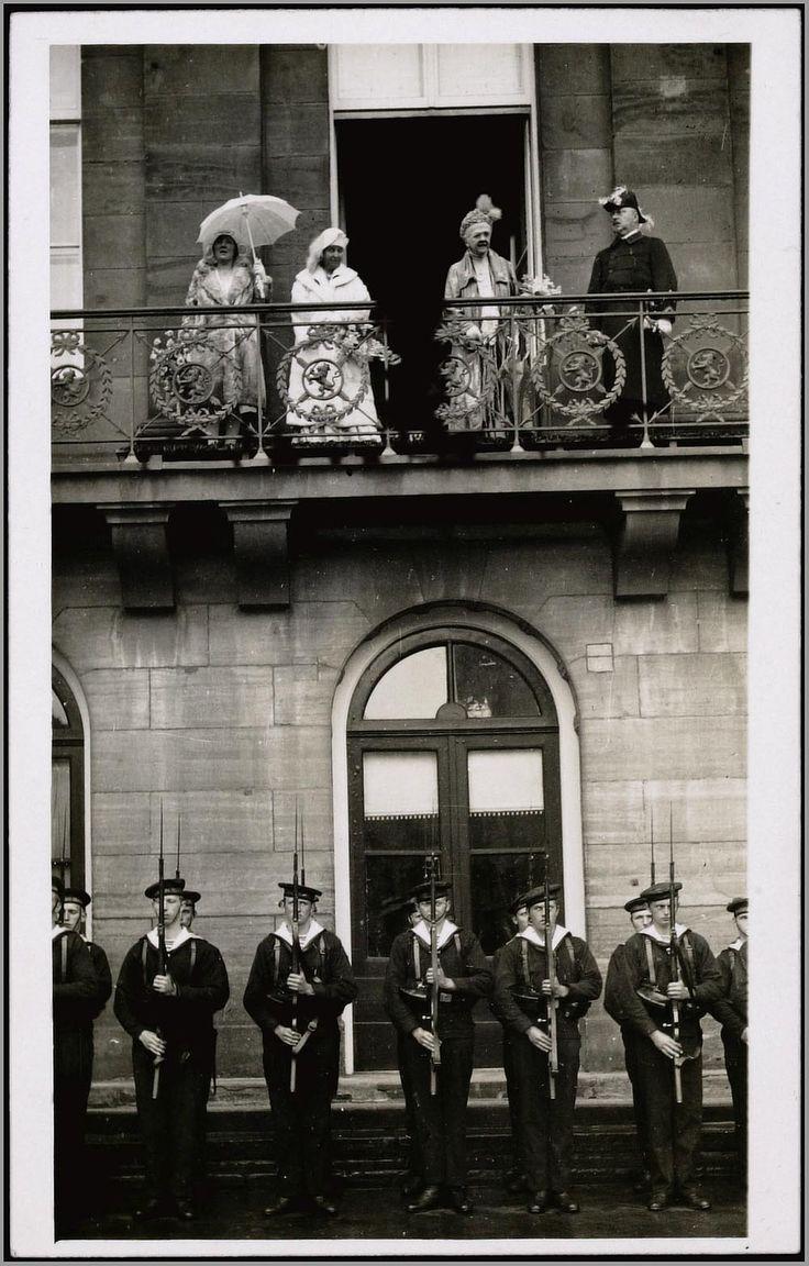 Zoals gebruikelijk verschijnt de koninklijke familie na aankomst in Amsterdam op het balkon van het paleis op de Dam. Beneden op straat staat de ere-wacht