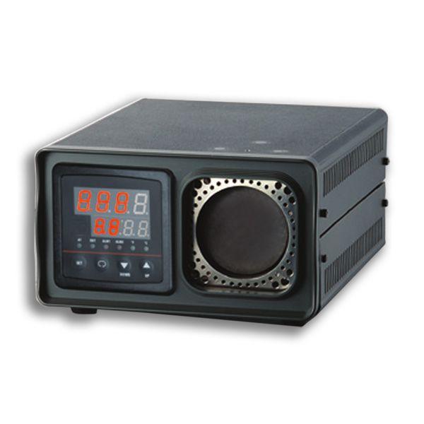 """http://www.termometer.se/OBS-FYND-PRISER/Portabel-IR-kalibrator-50-500C.html Portabel IR-kalibrator 50 ~ 500°C - Termometer.se  K500 är en portabel IR-kalibratorer enligt principen """"svartkroppsstrålare"""" som används för att bl.a. kalibrera handhållna IR- (infraröda) termometrar. K500 Kan enkelt bestämma IR-termometerns noggrannhet upp till 500C med sin 57 mm i diameter stora svarta målyta. Med sin emissivitet på 0,95, kan du ställa dess temperatur i steg om 0,1 C från 50C upp till +500C..."""