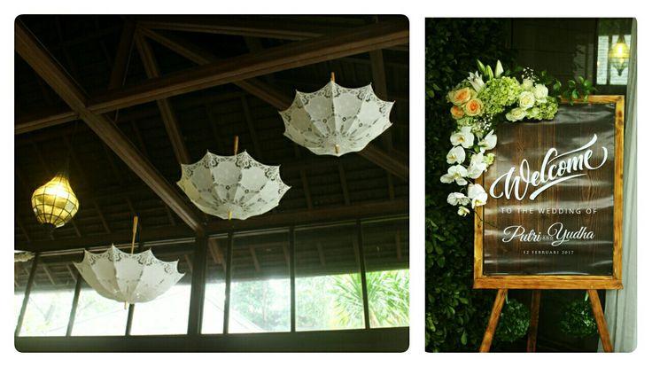 Dekorasi enterance+ juntaian payung lace putih pada plafon