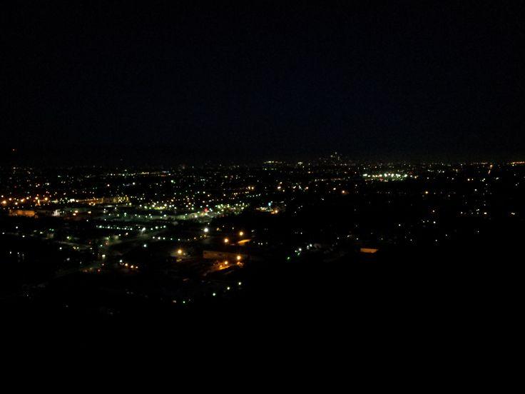 Los Angeles basin v noci. Nebo spíš asi jenom Culver city. Někde v prostředku je ve tmě skryt nápis Hollywood se stejnojmenným městem pod ním a vpravo LA downtown - nejspíš skryto ve smogu a pro změnu taktéž tmě.