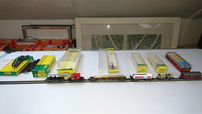 Minitrix/Roco N - Diverse wagens electrische wissel en een doosjes rails  Minitrix/Roco N - Diverse wagens electrische wissel en een doosjes railsMinitrix 13552 ketelwagen Esso nieuwstaat en in ovpMinitrix N - 51 3590 00 Rode kraanwagen met bijbehorende wagon: 6851 327 nieuwstaat en in ovpMinitrix N - 13566/13266 - Draagwagen beladen met rails nieuwstaat en in ovpMinitrix N 51 3217 00 Beiersche ketelwagen met opdruk Aktiengesellschaft Petrolium Industrie Leyh - Nürnberg nieuwstaat en in…