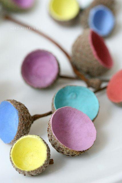 Mit Eicheln basteln - einfach die Eichelhütchen innen anmalen. Great acor crafts idea - and coloroful too.
