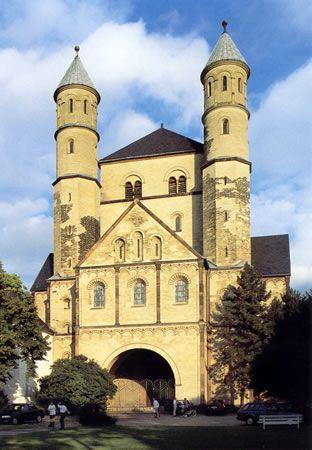 Fachada occidental de San Pantaleón, Colonia, finales del siglo X y principios del XI.