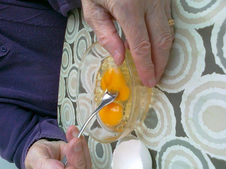 Pienellä ranneliikkeellä kananmunat rikki ja näin ruoka valmistuu.