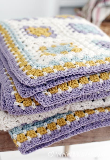 Gorgeous granny square blanket by Lulu Loves.  Lovely combination of colors. Details in the post.