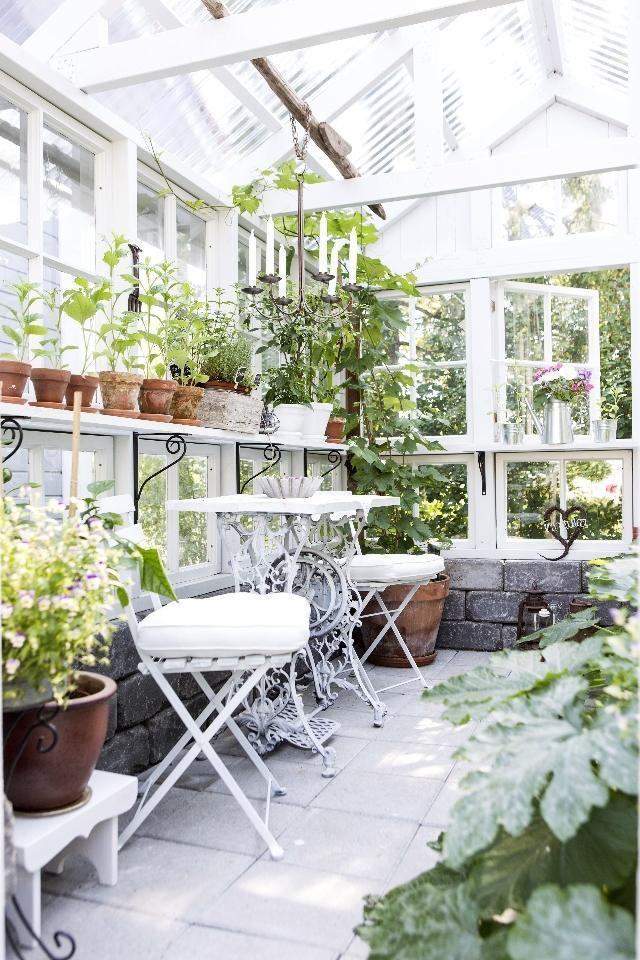Kasvihuone vanhoista ikkunoista. Greenhouse made of old windows. | Unelmien Talo&Koti Kuva: Hanne Manelius Toimittaja: Ilona Pietiläinen | Greenhouse Inspiration