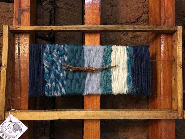 Decorativo en panal de abeja con lanas azul y cruda. CLP 20.000 Tilonka Lanas