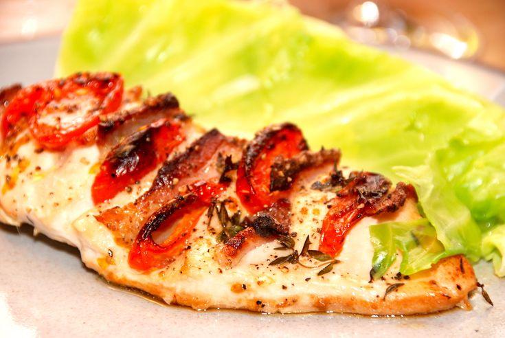Hasselback kylling med bacon og tomat