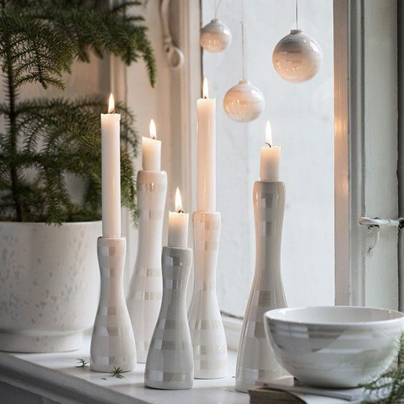 The elegant Omaggio mother-of-pearl candle holders attractively reflect the rays of light and fit beautifully into any minimalistic Scandinavian interior.