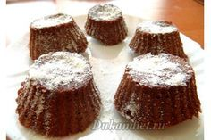 Мало того, что кексики готовятся за три минуты, они к тому же не содержат крахмал или отруби. А вкус восхитительный!  3 ст. л. сухого обезжиренного молока, 1 ч. л. (или меньше) разрыхлителя, 1 ч. л. с горкой какао, несколько капель ванильного экстракта, 1 среднее яйцо, 1 ст. л. жидкого подсластителя (например Huxol)  Смешайте тщательно все ингредиенты венчиком или вилкой. Если тесто вышло слишком густым – добавьте немного жидкого молока. Я использовала силиконовые формы для кексов. Вышло 5…