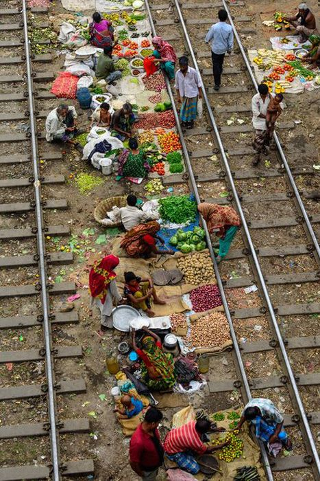 Train line market, India, detail ~ Vasútvonal piac India, részlet_photo by  Mamunur Rashid