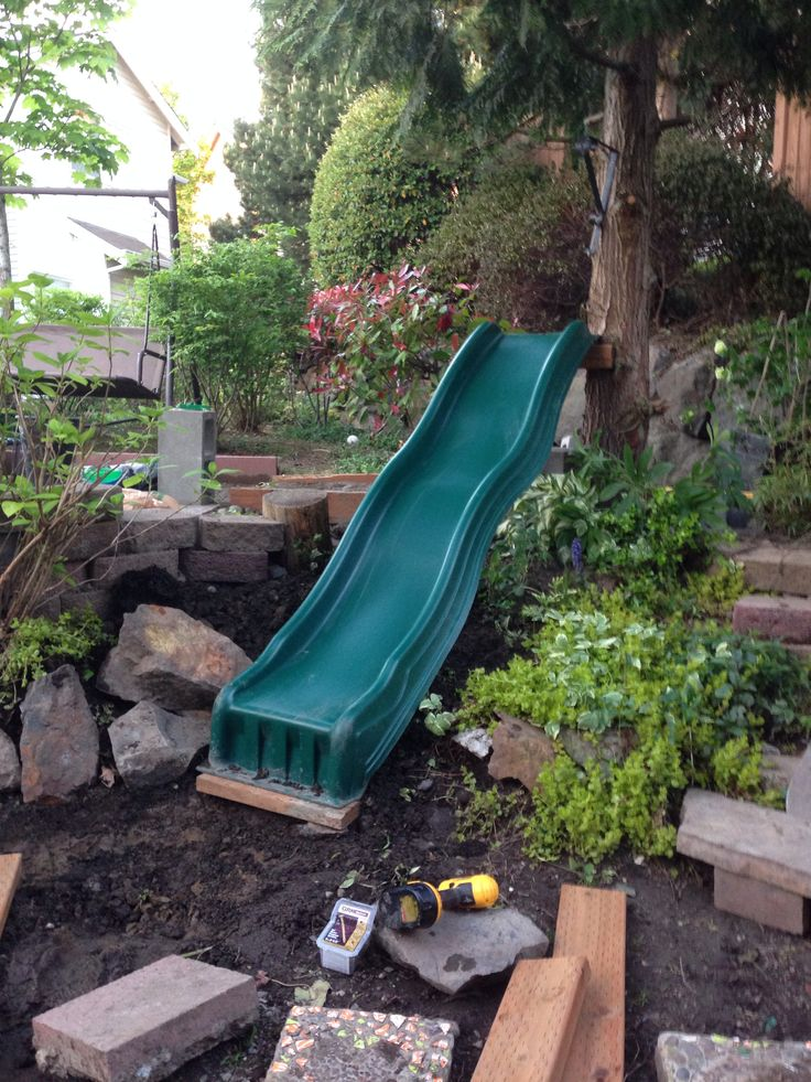 Tree slide small townhouse backyard ideas for kids play for Small backyard ideas for kids