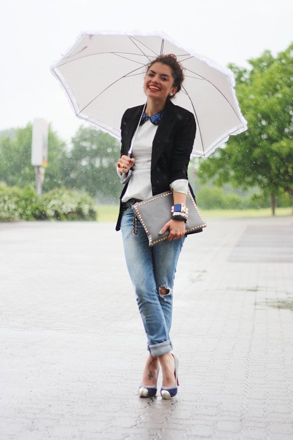 white tee, jeans, blazer, statement necklace: Casual Style, Umbrellas, Rainy Day Fashion, Summer Outfits, Boyfriends Jeans, Distressed Denim, Fall Fashion, Casual Outfits, Peter Pan