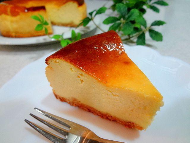 おいしいチーズケーキを作りたいけど、ボトムのタルト生地部分が面倒くさい…その気持ちわかります!少量のバターを溶かして、砕いたクラッカーに混ぜてカラ焼き…手順も時間もかかりますもんね。もし、100円の材料ひとつであっという間にタルト生地ができたらどうでしょう?