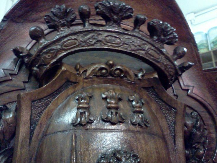 20 - particolare: la corona dello stemma, ricostruita e patinata.
