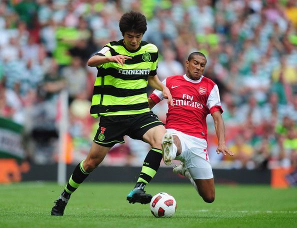Ki Sung-Yueng Photos - Ki Sung-Yueng of Celtic is challenged by Gael Clichy of Arsenal during the Emirates Cup match between Arsenal and Celtic  Ki Sung-Yueng of Celtic is challenged by Gael Clichy of Arsenal during the Emirates Cup match between Arsenal and Celtic  at Emirates Stadium on August 1, 2010 in London, England. - Ki Sung-Yueng Photos - 456 of 503