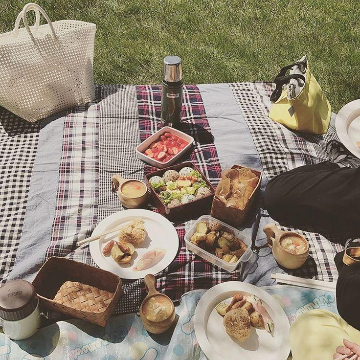 .  今日の札幌は23℃!  お天気も良くピクニック日和。  初夏の陽気に誘われて  お弁当持って公園へ。  .  お弁当食べたあとは、寝っ転がったり  散歩したり気持ち良かったなー。  .    2017.05.03 憲法記念日  #ピクニック#ピクニック日和#ゴールデンウィーク#GW#公園#モエレ沼公園#緑#春#ピクニック弁当#お弁当#お昼ごはん#散歩#札幌#北海道#picnic #park#wark#green#spring #lunch#lunchbox #sapporo#hokkaido#daily#instadaily#nisnap#instagramjapan