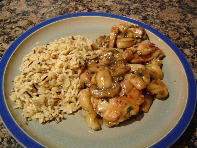 Τηγανιά+κοτόπουλου+με+μανιτάρια+και+άγριο+ρύζι