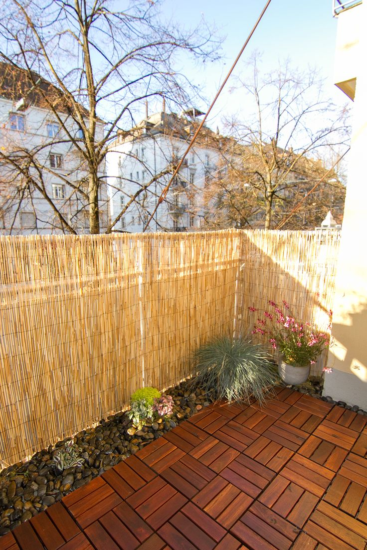 Balcony DIY (in progress!) Little garden with Black and Terra Pebbles, small plants, Ikea outdoor Interlocking flooring and bamboo matting - solution for rented houses, small budget, small balcony. . Kleiner Balkon. Kleiner Garten. Holzfliesen mit klicksystem Ikea. Schwarz und Terra Kieselstein Jumbo Zürich. Sichtschutz Bambus - Jumbo Zürich. . Unterstrasse, Kreis 6, Zürich.