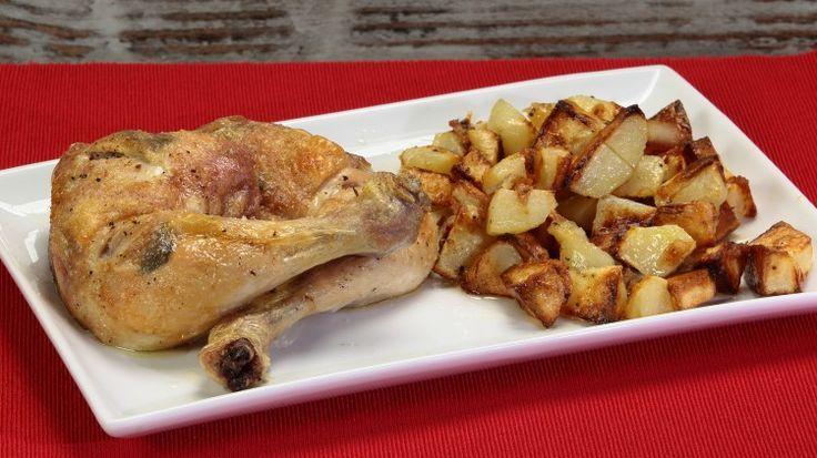 Ricetta Sovracosce di pollo con salvia al forno: Le cosce e sovracosce di pollo alla salvia, cotte in forno sono forse il modo più semplice di preparare del pollo in pezzi. Ovviamente potrete estendere questo tipo di preparazione anche al petto e agli altri pezzi del pollo per renderli gustosi ed aromatici.  Noi abbiamo voluto accompagnare il tutto con delle patate al forno, un ottimo contorno che piace sempre a tutti, grandi e piccini!
