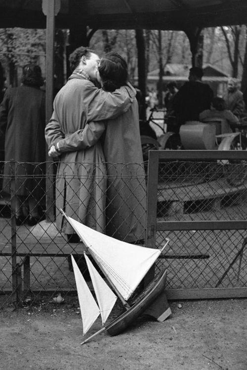 Jardin du luxembourg, Paris, 1956 • Edouard Boubat. 15 ans après, ces jeux d'enfant me rappellent tant de souvenirs, l'odeur du fer, la peinture verte métallique, le grillage fermé trop souvent donnant accès aux balançoires, les feuilles d'automne s'accumulant dans les recoins. J'aimais cet endroit.