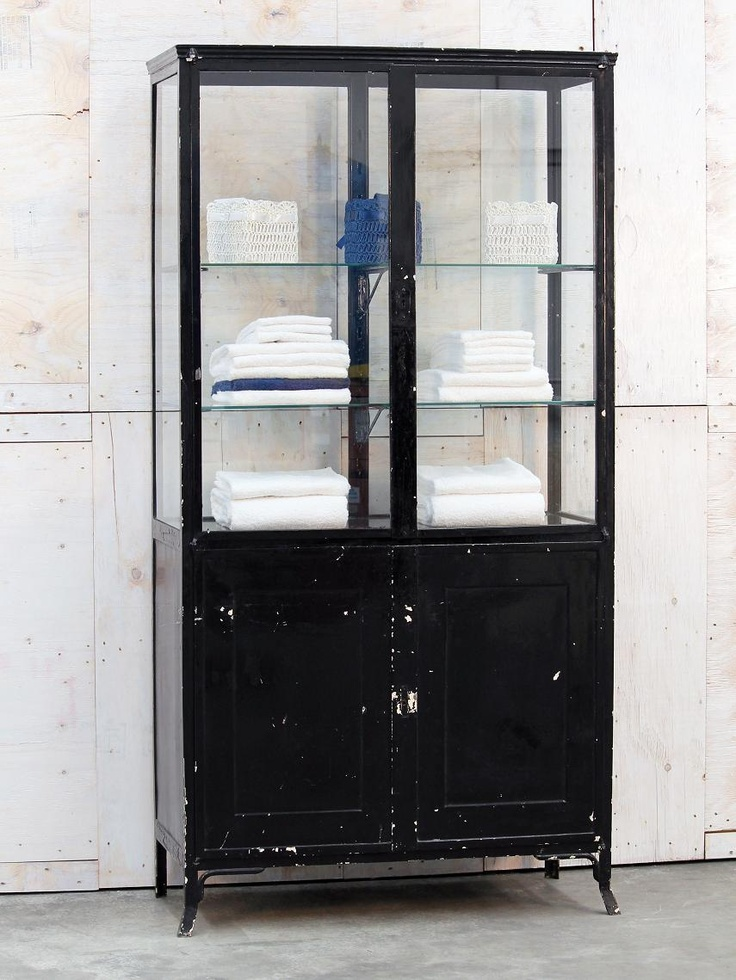 Vetrina in ferro da ambulatorio medico, anni 50. Il colore originale era un bianco avorio, successivamente dipinta di nero.  E' presente un kit di sostegni per aggiungere un ripiano. Potrebbe diventare elemento interessante per arredare una sala da bagno, sostituire una madia in cucina,  vetrina in soggiorno. Per un negozio, come inusuale espositore....