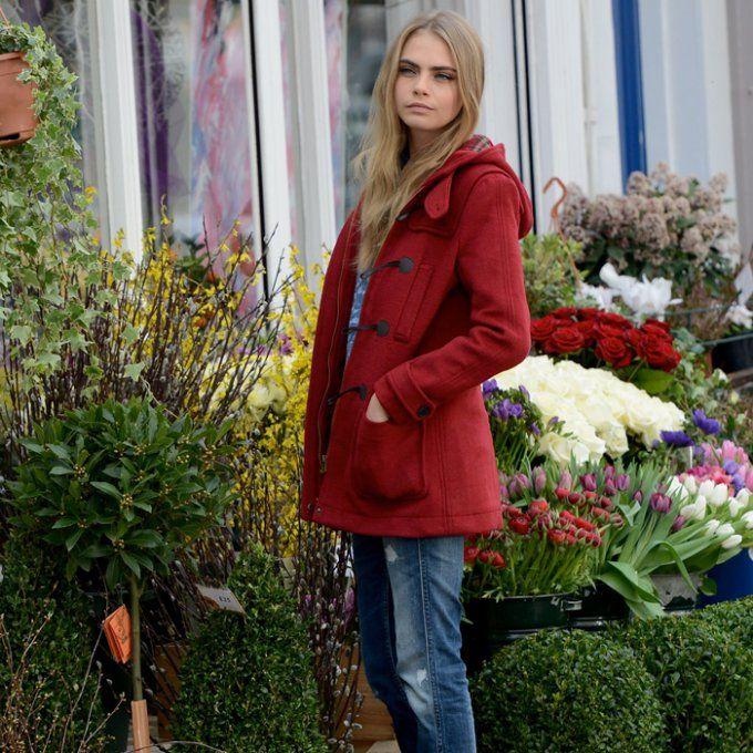 Cara Delevingne en manteau rouge