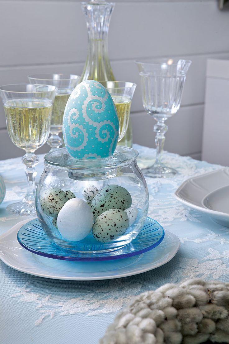 Aranżacja stołu Wielkanocnego. Fot. Karolina Grabowska, kaboompics.com. #Wielkanoc #aranżacje #wielkanocne #jajka #stół #pisanki #kolorowe #wazony #święta #jajo #pomysły #inspiracje #Easter #eggs #ideas #inspiration #blue #easter #polish #stylish #flowers #spring