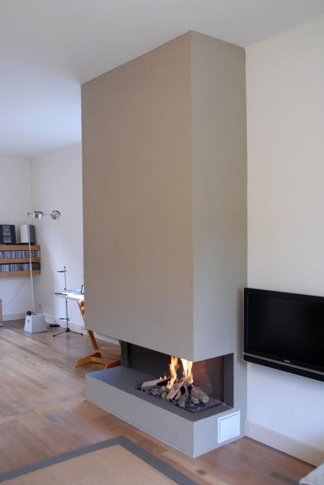 Moderne inbouw haard op gas, gemaakt in een strakke ombouw tot plafond   Profires partner Strating Open Haarden · inspiratie voor sfeerverwarming