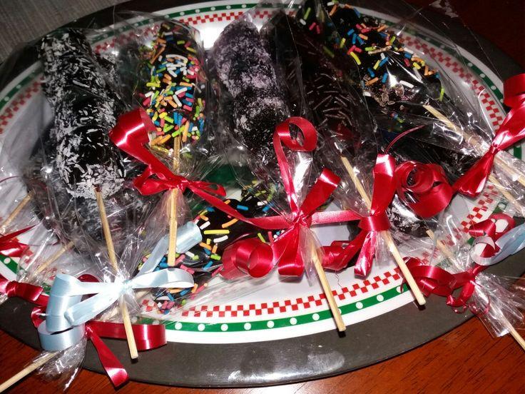 Brochetas de masmellow bañados en chocolates, decorados unos con mostasillas de colores, otros con coco rallado blanco, otros con mostasillas de chocolates, delicious ...  Al estilo Erika's funny😍