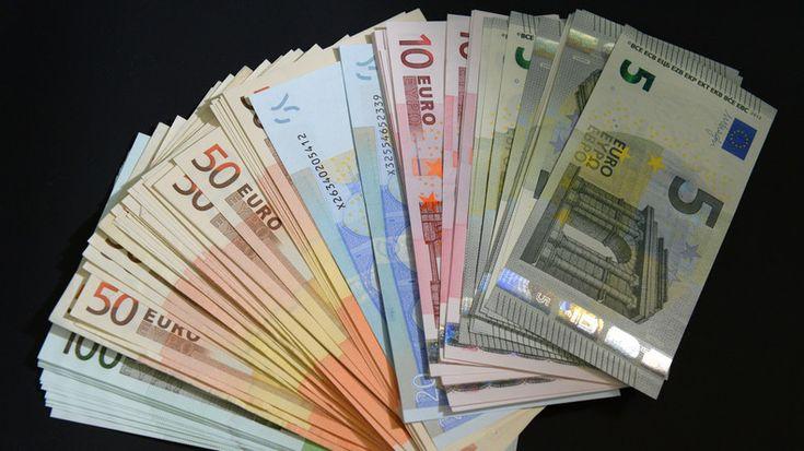 Die EU-Kommission sucht nach Möglichkeiten, Terroristen und Verbrechern Bargeldgeschäfte zu erschweren, weil diese als ihre wichtigste Finanzquelle gelten. Aus diesem Grund hat eine Expertengruppe im Auftrag der Behörde einen Plan entwickelt, dessen Umsetzung die Geschäfte mit Cash beschränken soll. Vor allem gehört dazu, eine Obergrenze für Bargeldoperationen festzulegen und hohe Bargelddeals zu melden.