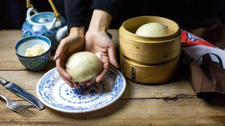 Bianchi, morbidi e leggeri questi panini al vapore cinesi sono delle piccole nuvole. Immaginate di essere nel nord della Cina dove nel bacino del fiume Giallo non è il riso ma il grano ad essere coltivato. Questi panini sono tipici di questa parte della Cina (ma li troverete anche al Sud), si cuociono al vapore dentro a cestelli di bambù e accompagnano i pasti con la loro morbidezza. Hanno una consistenza leggerissima e spugnosa e al posto della crosticina croccante a cui siamo abituati con…