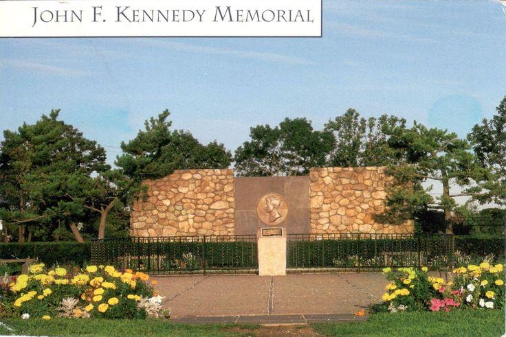 """Memorial John F. Kennedy em Hyannis, estado de Massachusets, USA. O memorial inclui uma fonte e um monumento de campo em pedra, com o selo presidencial e uma  inscrição com as palavras de JFK: """"Eu acredito que é importante que a vela deste país não fique parada no porto."""""""