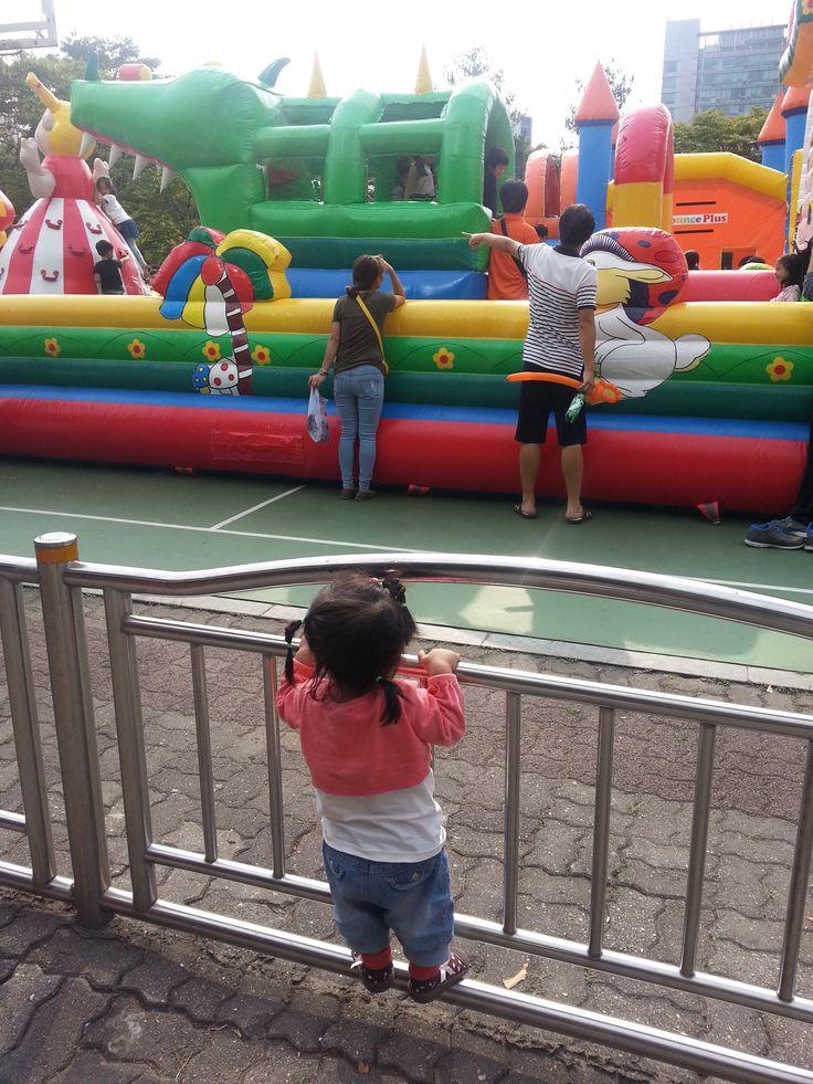 1시간30분을 기다려야한다는 슬픈소식에 하염없이 놀이터를 올려다보는 울 딸래미 #안양중앙공원