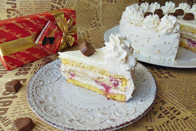Retete Culinare - Tort cu crema de ciocolata alba, mascarpone si zmeura
