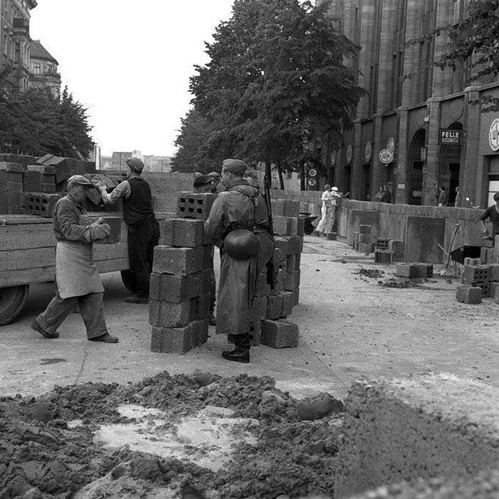 сайт форум фотографии берлина во времена гдр шатенка снимает трусы