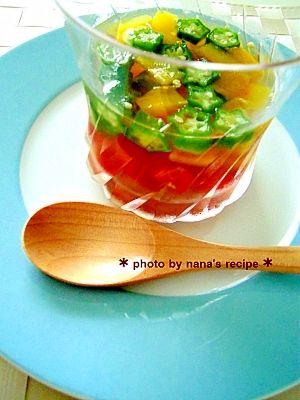 「白だしで夏野菜のゼリー寄せ」黄色・緑・赤の彩鮮やかなゼリー寄せ。夏にピッタリのひと品です。【楽天レシピ】