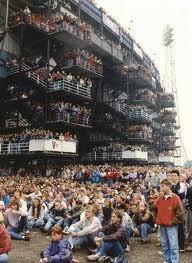 13 januari 1991 Duizenden voetballiefhebbers bezetten de trappen naar de tribunes van de Rotterdamse Kuip. Op het terrein voor vak V had de Feijenoorddirectie een reusachtig beeldscherm geplaatst waarop de wedstrijd Fc Den Haag - Feyenoord kon worden gevolgd. Door de kleine capaciteit van het Stadion in Den Haag konden toch nog vele supporters van de Rotterdamse eredivisieclub de wedstrijd volgen