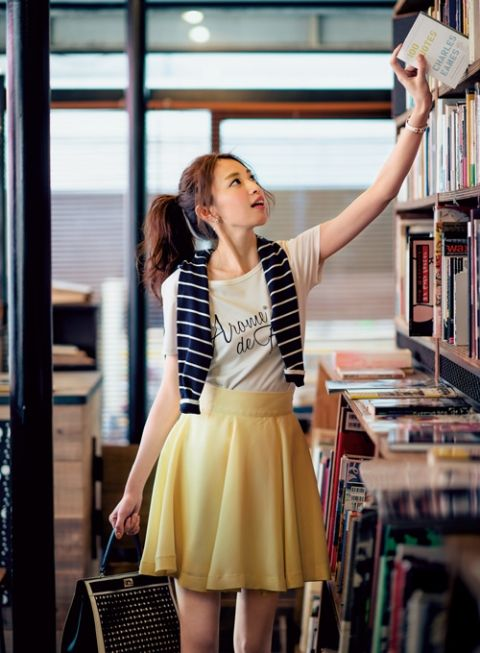 【着まわしday13】紺色アンサンブルニット×ロゴT ×イエローフレアースカート | ファッション コーディネート | with online on ウーマンエキサイト