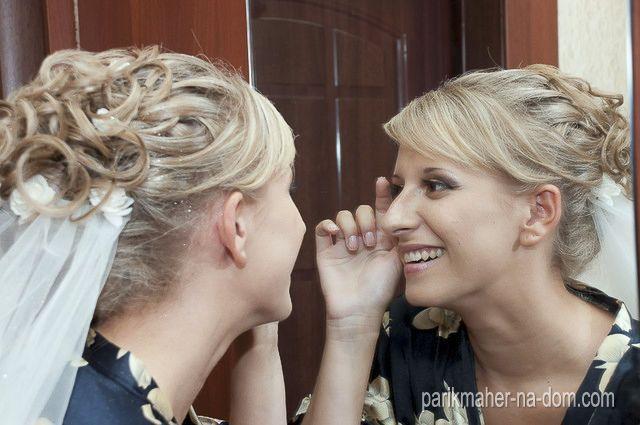 Свадебная собранная прическа невесты на короткие волосы с прикрепленной к затылку фатой