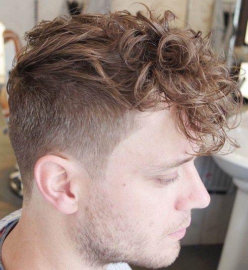 de los hombres con corte para el pelo rizado
