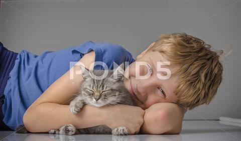 Happy child with little fanny kitten - Стоковые фотографии   by kulkann75