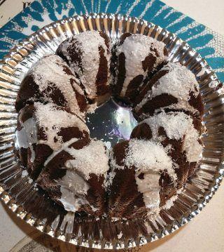 ciambella bountyla ciambella    3 uova intere  1 tuorlo  250 g di farina 00  150 g di zucchero  40 g di cacao amaro  100 ml di latte  8 g di lievito per dolci  95 gr. olio di girasole