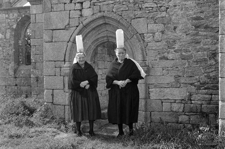 Bigoudènes devant la chapelle de Languinoa à Plonéour Lanvern Date : 19/05/1969