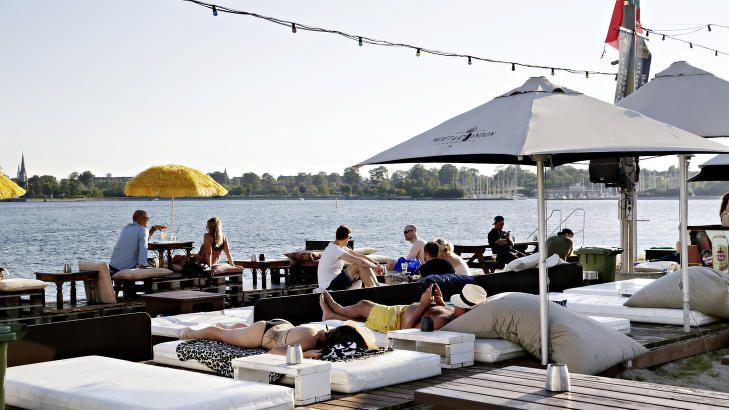 STRANDLIV I BYEN: På Refshaleøen kan du spise middag, bade eller bare drømme deg til Middelhavet. Sentrum ligger på den andre siden av vanne...