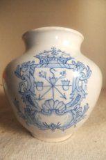 Orza farmacia ceramica Talavera copia de la botica Monasterio de Silos con escudo . La Menora 1981