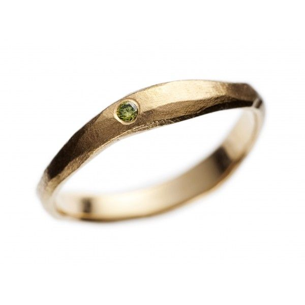 En slank og fin organisk diamantring som passer smukt til en lille hånd eller sammen med fx en vielsesring. Du kan selv bestemme farven på diamanten.