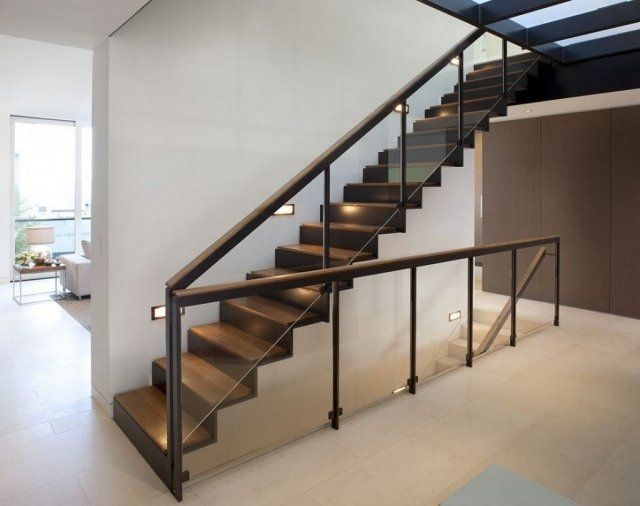 design de l'escalier moderne droit en bois et verre